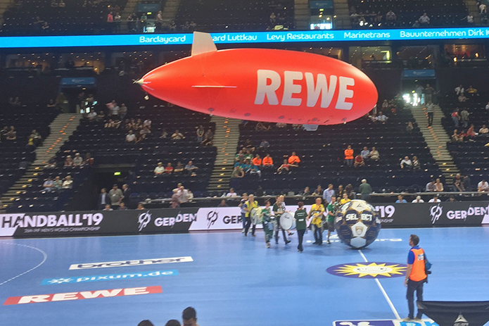 Rewe Werbezeppelin bei den Rewe Final Four in Hamburg